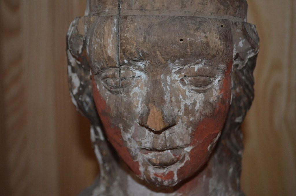 Monet pyhimysveistoksista ovat kokeneet kovia. Tuntematon naispyhimys, 1400-luku, Marttila. Kuva: Katri Vuola